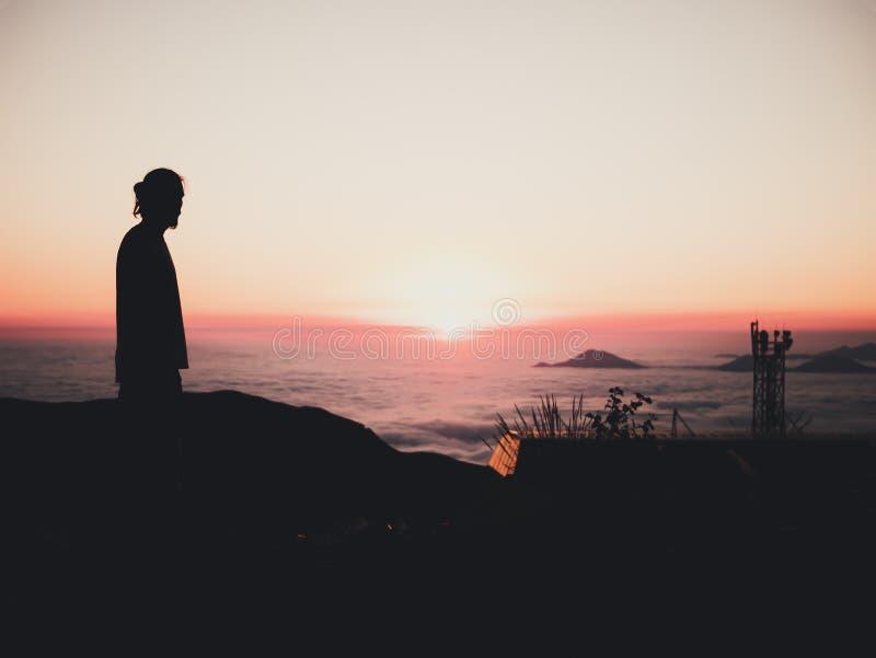 Equipaggi la sera diritta dell'orizzonte del cielo delle montagne delle nuvole del tramonto immagine stock