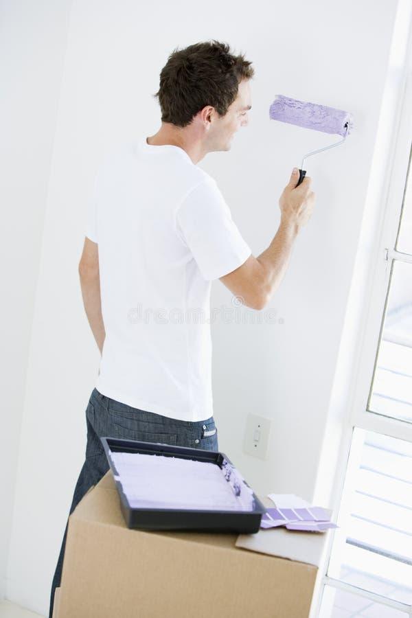 Equipaggi la stanza della pittura nella nuova casa fotografie stock libere da diritti