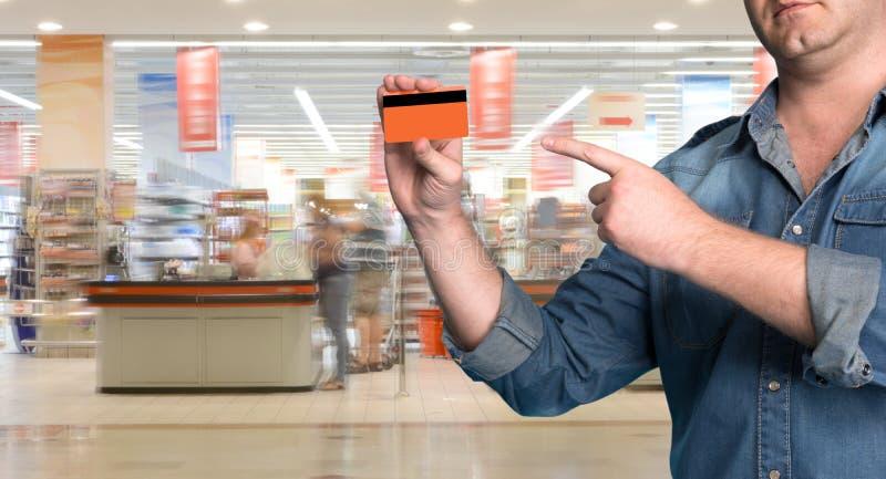 Equipaggi la tenuta della carta di credito in sua mano immagine stock