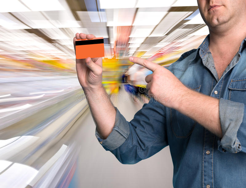 Equipaggi la tenuta della carta di credito in sua mano immagine stock libera da diritti