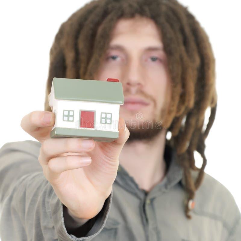 Equipaggi la tenuta della casa piccola in sue mani fotografia stock libera da diritti