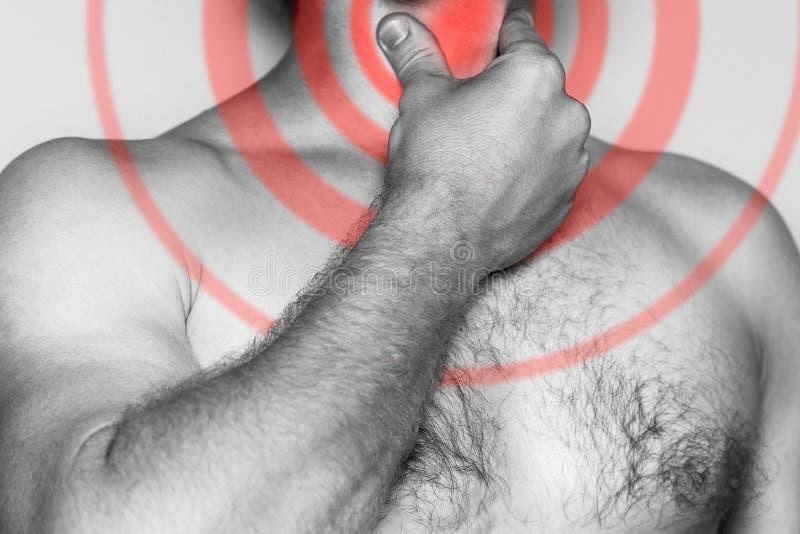 Equipaggi la tenuta della sua mano sulla sua gola, dolore acuto Immagine monocromatica, su un fondo bianco Faccia soffrire l'area immagini stock libere da diritti