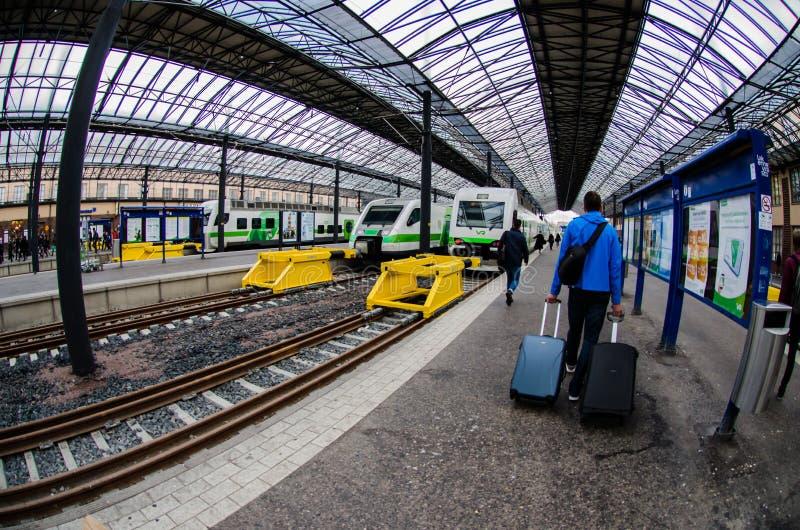 Equipaggi la trazione dei carrelli a Helsinki Trainstation centrale, Finlandia fotografie stock