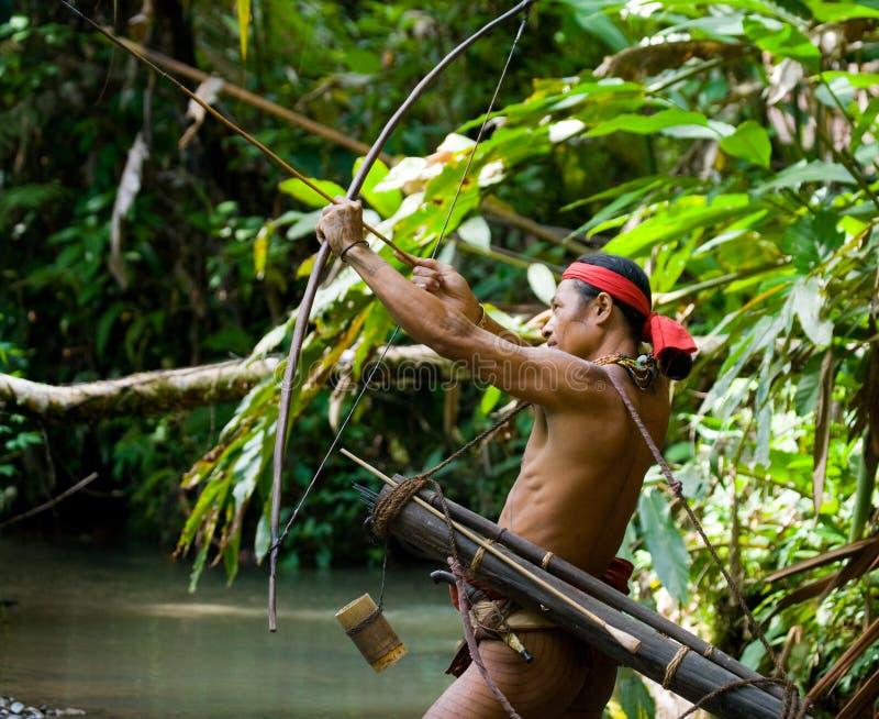 Equipaggi la tribù di Mentawai del cacciatore con un arco e una freccia nella giungla fotografia stock