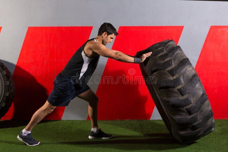 Equipaggi lanciare un esercizio della palestra di allenamento della gomma del trattore fotografie stock libere da diritti