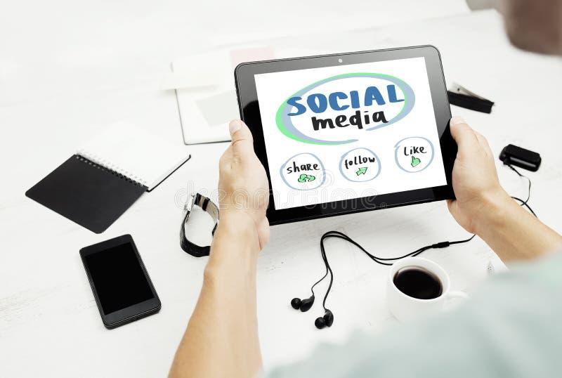 Equipaggi lavorare al pc della compressa con il concetto sociale di media sullo schermo immagine stock