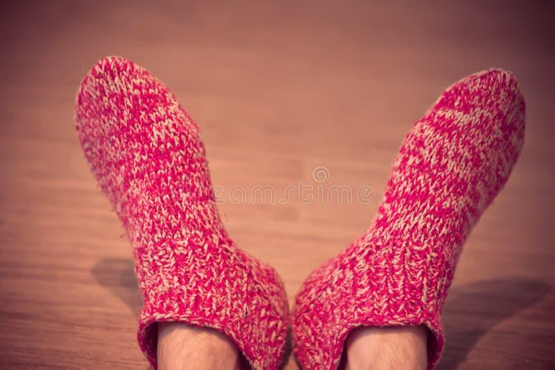 Equipaggi le gambe nell'inverno dei vestiti tricottato maschio rosso dei calzini della lana immagine stock