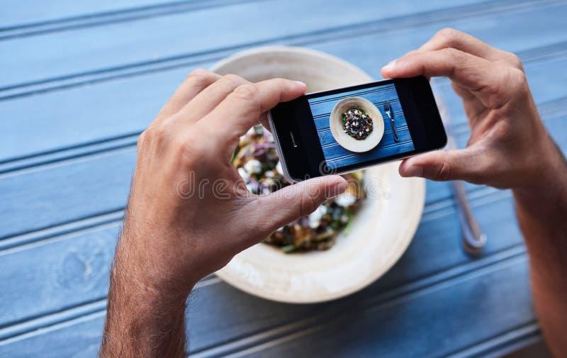 Equipaggi le immagini di conversazione della sua insalata ad una tavola dei bistrot immagini stock libere da diritti