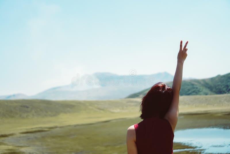Equipaggi le mani di aumento fino al concetto di libertà del cielo con il fondo della spiaggia dell'estate e del cielo blu fotografie stock libere da diritti
