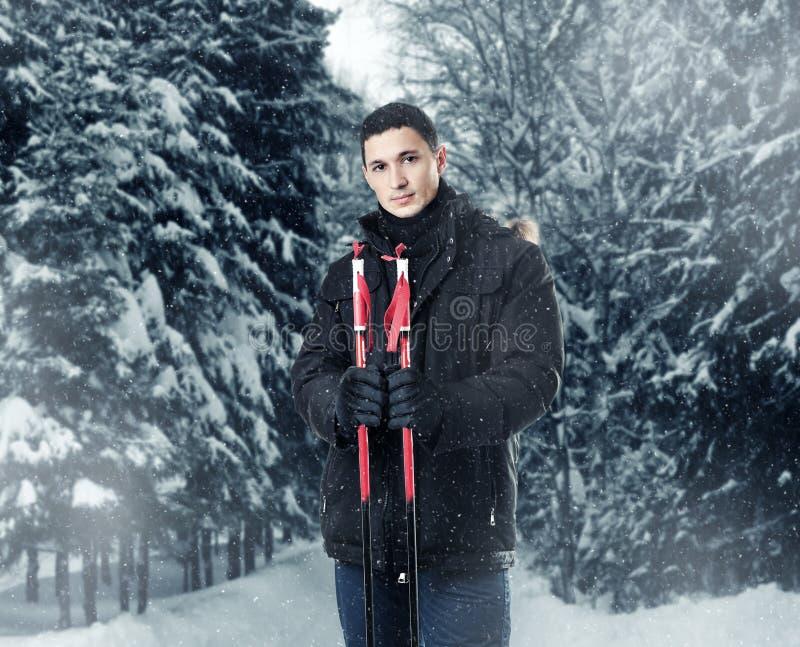 Equipaggi lo sciatore che porta il rivestimento nero dell'inverno del cappuccio della pelliccia fotografia stock libera da diritti