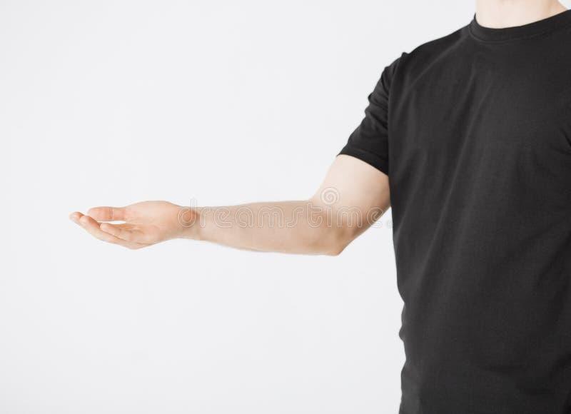 Equipaggia le mani che mostrano qualcosa immagine stock libera da diritti