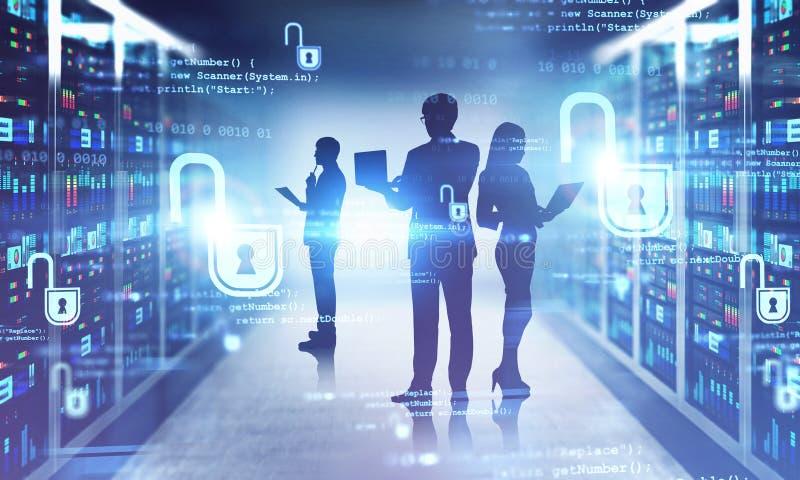 Equipaggio IT nel centro dati, sicurezza informatica fotografie stock libere da diritti