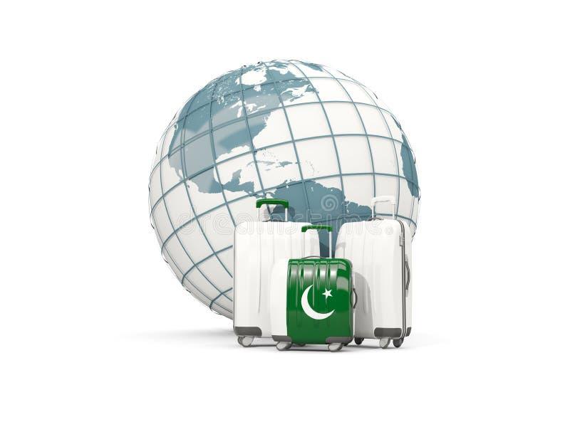 Equipaje con la bandera de Paquistán Tres bolsos delante del globo ilustración del vector