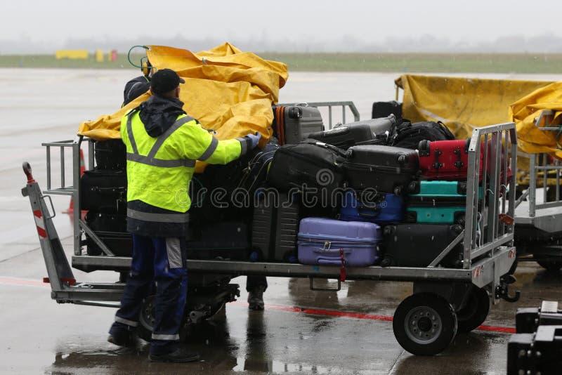 Equipaje de los trabajadores del aeropuerto foto de archivo libre de regalías