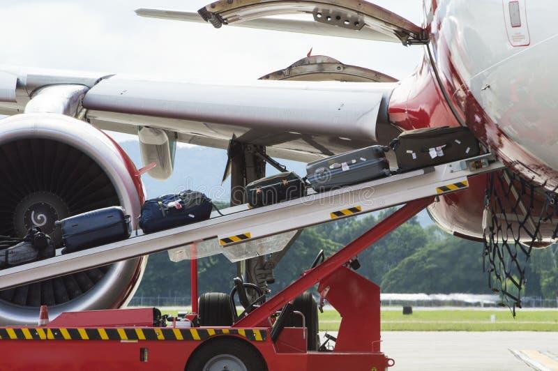 Equipaje del cargamento al aeroplano comercial foto de archivo libre de regalías