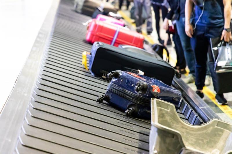 Equipaje del equipaje en la correa del carrusel del transportador en la llegada del aeropuerto imagen de archivo libre de regalías