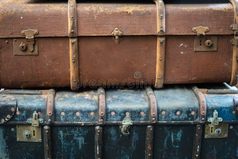 Equipaje del vintage de la estación de tren Pila del vintage de maletas antiguas concepto del recorrido foto de archivo