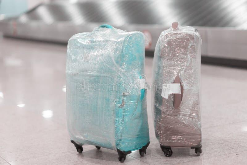 Equipaje en el aeropuerto en el área de demanda de equipaje en la banda transportadora foto de archivo