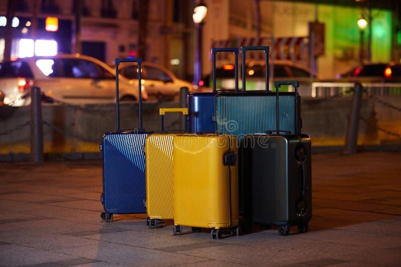 Equipaje que consiste en seis maletas del policarbonato que se colocan en la calle imagen de archivo libre de regalías