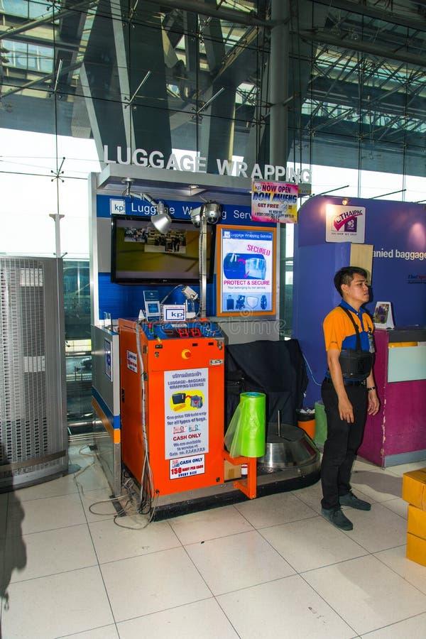 Equipaje que envuelve servicio en el aeropuerto foto de archivo
