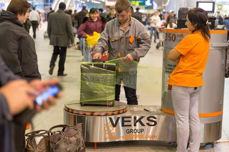 Equipaje que envuelve servicio en el aeropuerto de Sheremetyevo en Moscú, Rusia imagen de archivo