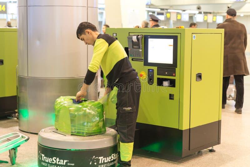 Equipaje que envuelve servicio en el aeropuerto de Sheremetyevo en Moscú, Rusia imagen de archivo libre de regalías