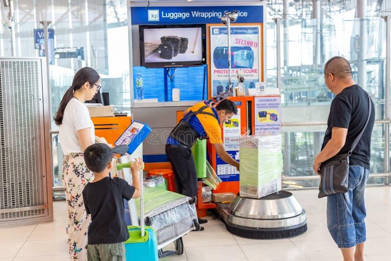 Equipaje que envuelve servicio en el aeropuerto internacional i del suvannaphumi imagenes de archivo