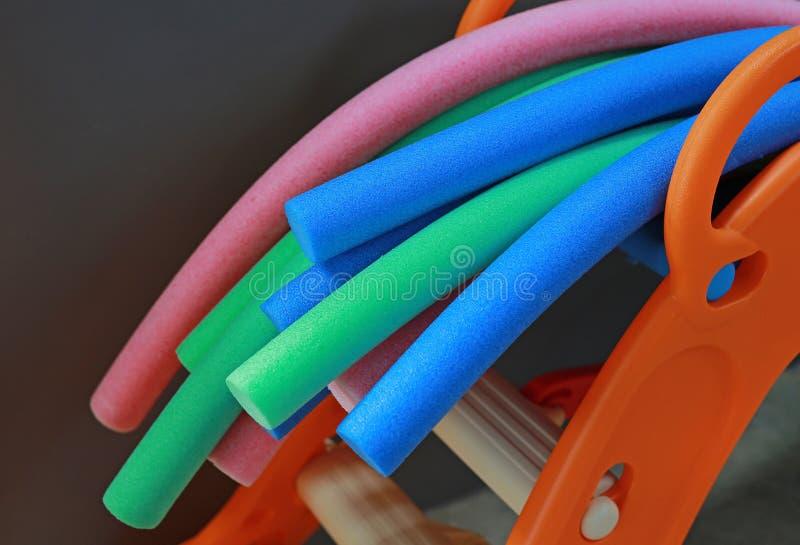Equipamento aeróbio da água macarronetes coloridos do aqua imagens de stock royalty free