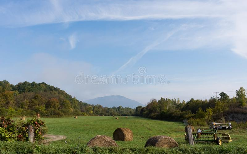 Equipamento agrícola em um campo fotos de stock royalty free