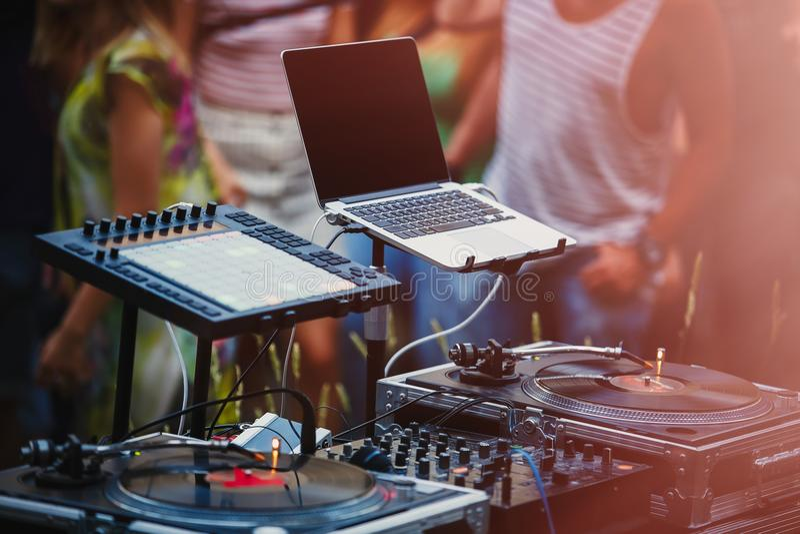 Equipamento audio do DJ do partido profissional no festival do ar livre fotos de stock