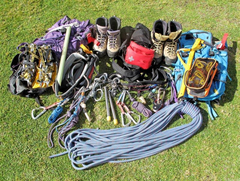Equipamento autêntico para o alpinismo e caminhada para de duas pessoas foto de stock