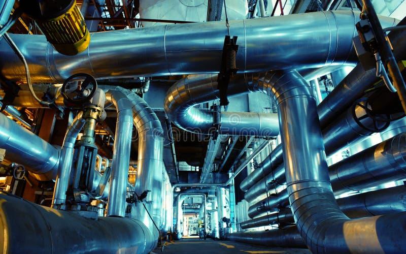 Equipamento, cabos e encanamento como encontrado dentro de um industr moderno fotos de stock