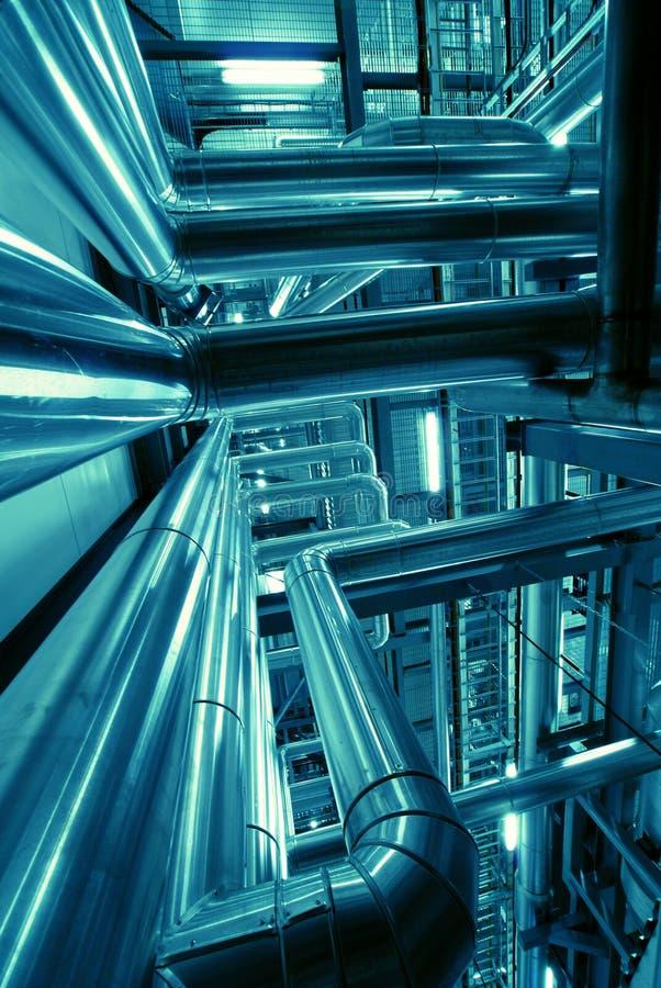 Equipamento, cabos e encanamento dentro da fábrica fotografia de stock