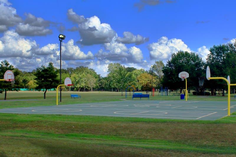 Equipamento colorido do campo de jogos em um parque público com os céus azuis profundos fotos de stock