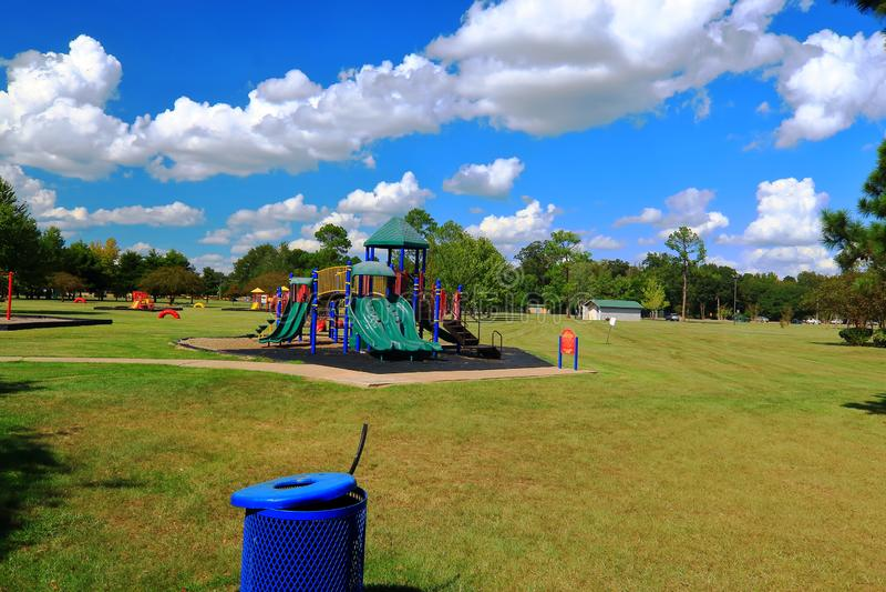 Equipamento colorido do campo de jogos em um parque público com os céus azuis profundos fotografia de stock