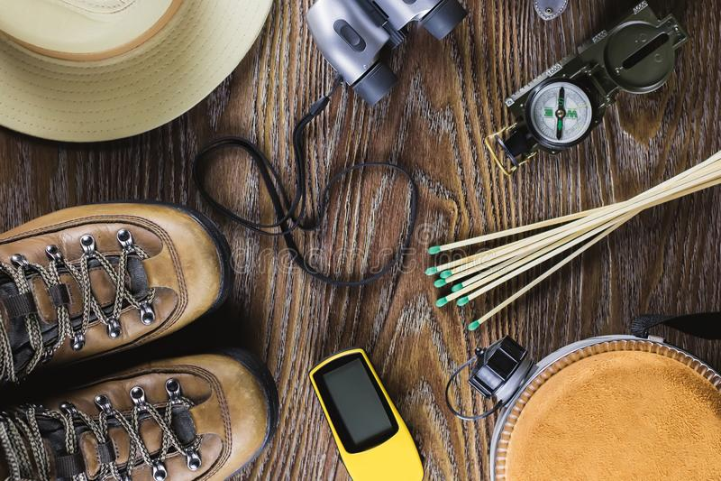 Equipamento com botas, compasso da caminhada ou do curso, binóculos, fósforos no fundo de madeira Conceito ativo do estilo de vid foto de stock royalty free