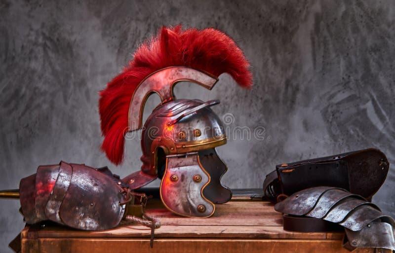 Equipamento completo do combate da mentira do guerreiro do grego clássico em uma caixa de placas de madeira imagens de stock royalty free
