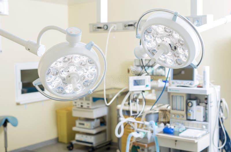 Equipamento completo do ` s da sala da cirurgia imagem de stock royalty free