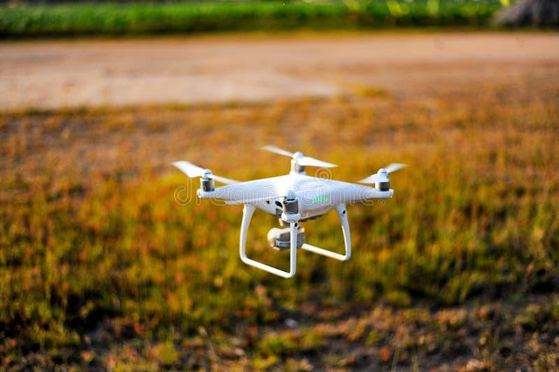 Equipamento da fotografia aérea dos zangões dos fotógrafo que tomam o aeri fotos de stock