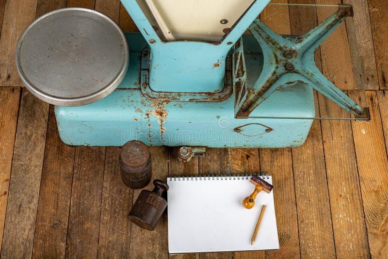 Equipamento da loja velha Peso, caderno e bens na tabela da loja imagens de stock