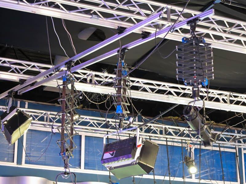 Equipamento da luz do estúdio da televisão, fardo do projetor, cabos, mic imagem de stock royalty free