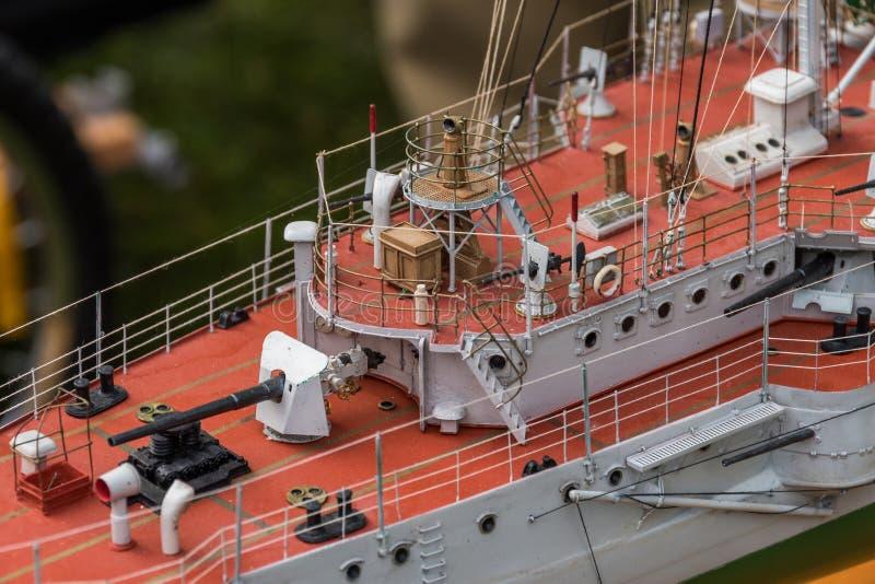 Equipamento da plataforma no navio do modelo à escala foto de stock