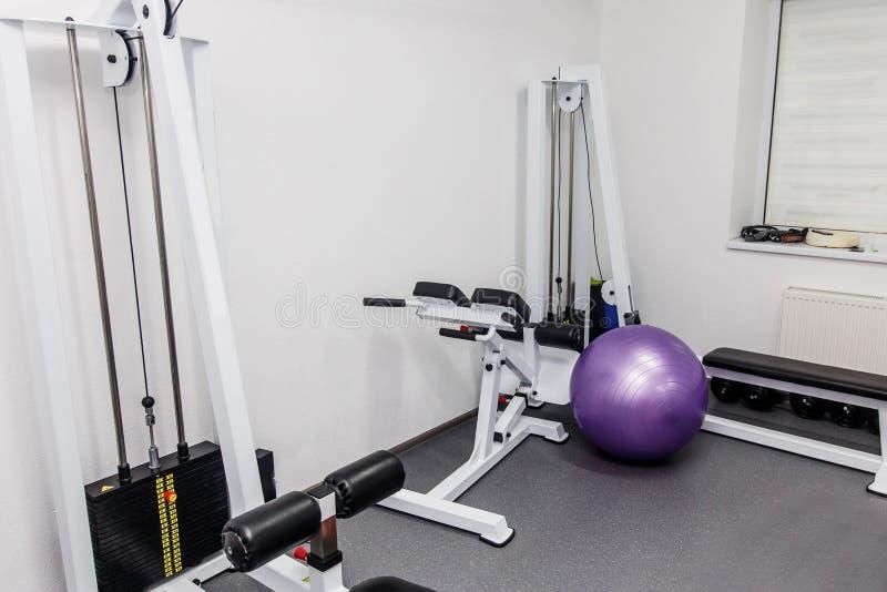 equipamento da reabilitação na clínica da terapia peso moderno tr do gym imagem de stock
