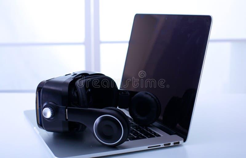 Equipamento da realidade virtual no portátil do laboratório com equipamento médico de diagnóstico remoto imagens de stock