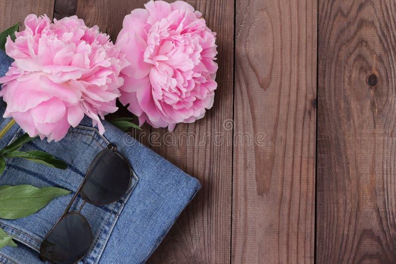 Equipamento da sarja de Nimes com os vidros e as flores de sol flatlay imagens de stock royalty free