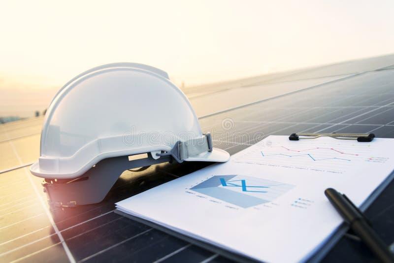 Equipamento da verificação e da manutenção em energias solares da indústria foto de stock royalty free