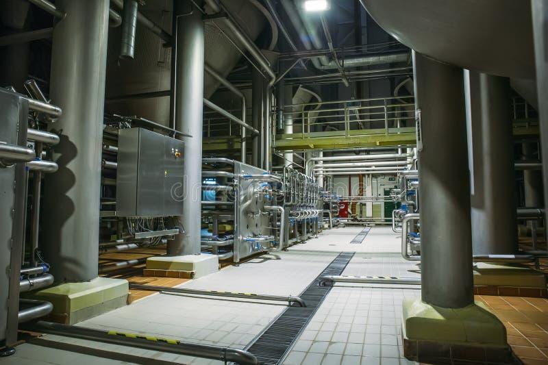 Equipamento de aço inoxidável da fabricação de cerveja: grandes reservatórios ou tanques e tubulações na fábrica moderna da cerve fotografia de stock