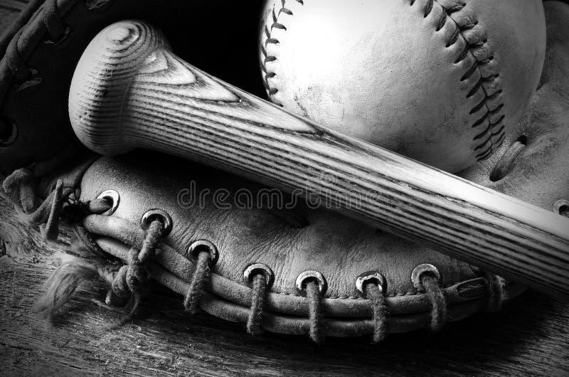 Equipamento de basebol usado velho fotografia de stock royalty free