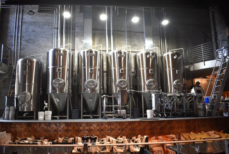 Equipamento de cervejaria e fermentadores imagem de stock royalty free