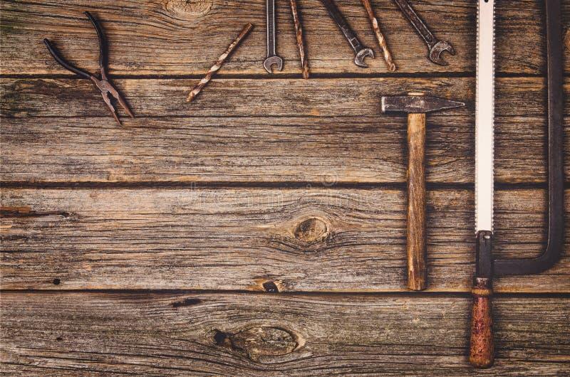 Equipamento de construção e fundo das ferramentas Tabela de madeira da vista superior fotos de stock